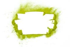 Gränsa upp yttersida som är nära av pudrat grönt te som isoleras på vit royaltyfria bilder