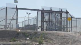 Gränsbevakningen SUV sitter bevaka amerikanen och den mexicanska gränsen stock video
