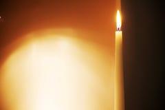 Gränsen av mörker- och ljussidorna delade vid stearinljuset Royaltyfria Foton
