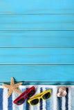 Gränsen för sommarstrandbakgrund, solglasögon, handduken, sjöstjärnan, blått kopierar utrymme, lodlinje arkivbilder