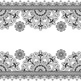 Gränsen snör åt linjen beståndsdel med blommor i indisk mehndistil för kort eller tatueringen som isoleras på vit bakgrund Royaltyfri Fotografi