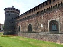 Gränser med ett cylindriskt torn av slotten Sforzesco i Milan i Italien royaltyfria foton