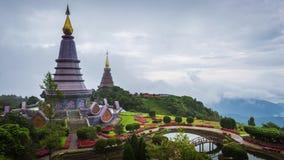 Gränsmärke av Chiangmai, pagoden och mist på den Doi Inthanon nationalparken på Chiang Mai, Thailand lager videofilmer