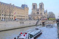 Gränsmärke av Paris med bilden av Sena Royaltyfri Foto