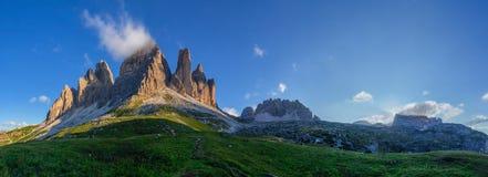 Gränsmärke för tre maxima av Dolomites Fotografering för Bildbyråer