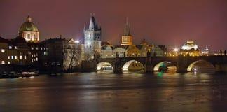 Gränsmärkedragning i Prague: Charles Bridge, Prague slott, katolskt helgon Vitus Cathedral och Vltava flod - Tjeckien royaltyfri foto