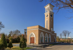 Gränsmärken av Tasjkent, gamla chimes på solnedgången royaltyfria bilder