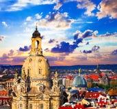 Gränsmärken av Tyskland - härliga barocka Dresden över solnedgång royaltyfria foton