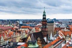 Gränsmärkesikt av Wroclaw röda tak och domkyrkor arkivbild