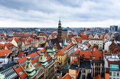 Gränsmärkesikt av Wroclaw röda tak och domkyrkor arkivbilder