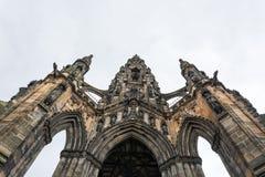 Gränsmärket Scott Monument i Edinburg underifrån Royaltyfri Bild
