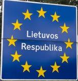 gränstecken mellan Lettland och Litauen Royaltyfri Fotografi