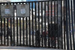 Gränsvägg längs den USA Mexico gränsväggen på den imperialistiska stranden royaltyfri bild
