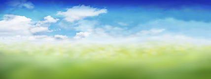 Gräs för landskaphimmelmoln/ängen - fjädra sommarpåsken - Bokeh effekt som är suddig - panoramabakgrundsbanret - kopierar utrymme royaltyfri bild