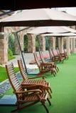 Gräs för stolsparaplyfritid Royaltyfri Foto