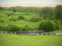 Gräs- kulle över att se Omaha Beach Arkivbild