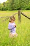 gräs- litet för gullig fältflicka Arkivfoto
