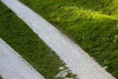 Gräs och bana Arkivfoto