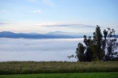 Gräs och moln i berg Fotografering för Bildbyråer