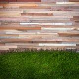 Gräs- och trävägg, naturlig bakgrund Arkivfoton