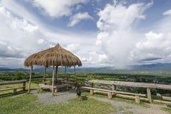 Gräs paviljongen över moln för blå himmel och vit Royaltyfri Bild