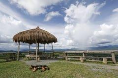 Gräs paviljongen över moln för blå himmel och vit Fotografering för Bildbyråer