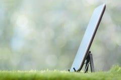 gräs sittande teknologi för bärbar datormannaturen genom att använda barn royaltyfri fotografi