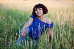 gräs sitter kvinnan Arkivfoton