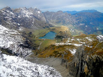 Gräs- sjö på de schweiziska fjällängarna Royaltyfri Fotografi