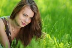 gräs som lägger kvinnan arkivbild