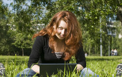 gräsbärbar dator royaltyfri foto