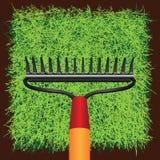 Gräsgräsmark och trädgårds- krattar Arkivbilder