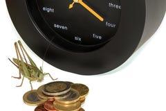 Gräshoppa, klocka och pengar på vit Arkivfoton