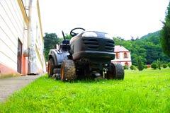 Gräsklippare på gräset Arkivfoto