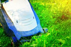 Gräsklippare som mejar grönt gräs royaltyfri foto