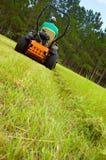 gräsklipparemanridning Fotografering för Bildbyråer