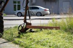 Gräsklipparen på grönt gräs parkerar service royaltyfri fotografi