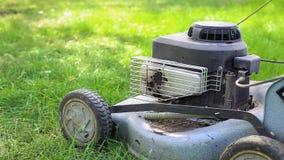 Gräsklipparen står på gräset lager videofilmer