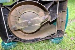 Gräsklippningsmaskinunderhåll Arkivfoto