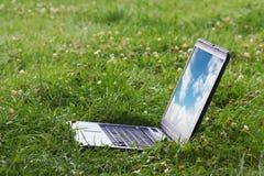 gräslaptope Fotografering för Bildbyråer