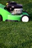 gräslawngräsklippningsmaskin arkivfoton