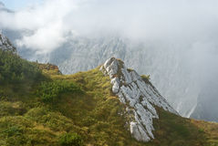 gräsliggandeberg Royaltyfri Bild