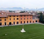Gräsmatta av det Klocka tornet Pisa Italien Arkivbild