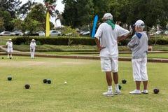 Gräsmatta bowlar vita klädlag Royaltyfri Bild