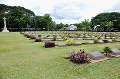 Gräsmatta i en kyrkogård med gravstenar Royaltyfri Fotografi