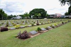Gräsmatta i en kyrkogård med gravstenar Royaltyfri Bild