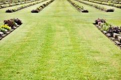 Gräsmatta i en kyrkogård med gravstenar Arkivbilder