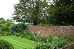 Gräsmatta och gränser, Tintinhull trädgård, Somerset, England, UK Royaltyfri Bild