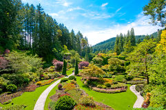 Gräsmatta och rabatter på våren med frodiga färger, Kanada Royaltyfria Foton