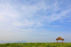 Gräsmattalandskap och träpaviljong Arkivfoton